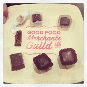 "Bombons sobre um guardanapo escrito ""Good Food Merchants Guide"""