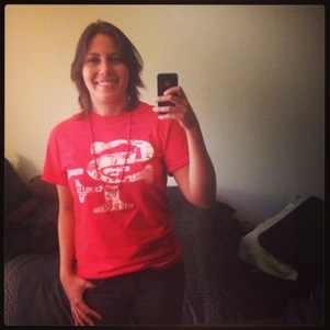 Talita com uma camiseta do 49ers, time de San Francisco